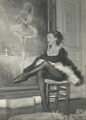 Lycette Darsonval devant le tableau la représentant dans Giselle (actuellement visible à l'Ecole de danse de l'Opéra)
