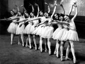 Yvette Chauviré à l'Ecole de danse de l'Opéra (3ème en partant de la droite)