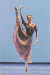 Agnès Letestu dans les Mirages de Serge Lifar (rôle de l'Ombre) - Photographe : Jacques Moatti