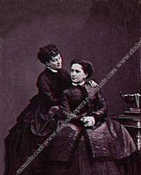 Adeline Plunkett (assise) et sa soeur